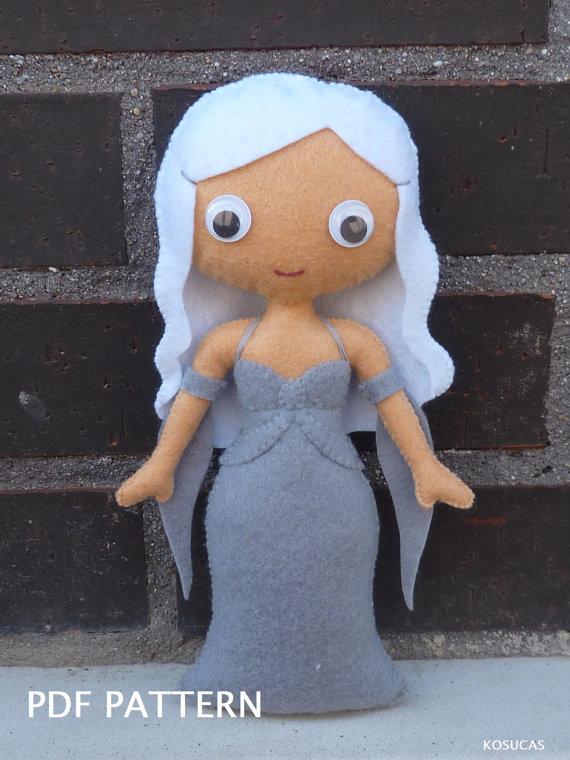 PDF para hacer una muñeca de fieltro inspirado en Daenerys Targaryen.